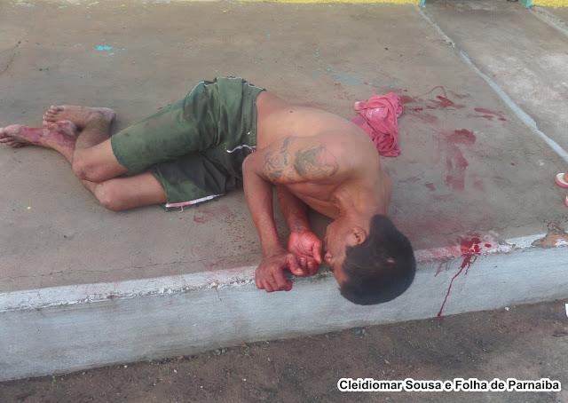 Homem esfaqueado na calçada (Crédito: Reprodução)