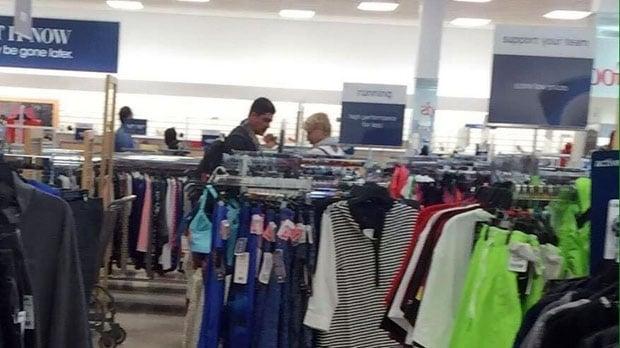 Xuxa fazendo compras em loja popular (Crédito: Divulgação)
