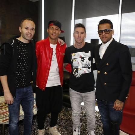 Messi e Neymar, com Iniesta e Daniel Alves, antes da viagem para premiação da Bola de Ouro da Fifa (Crédito: Reprodução)