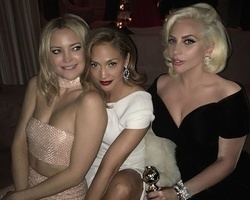 Lady Gaga ganha troféu e comemora ao lado de Jennifer Lopez
