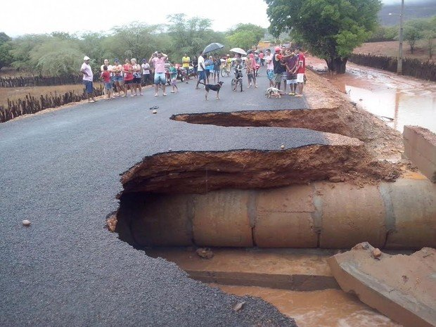 Cratera impede acesso à Serra da Capivara, em Coronel José Dias