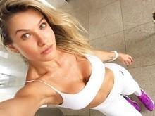 Andressa Suita posa sem make e usando top branco para treinos