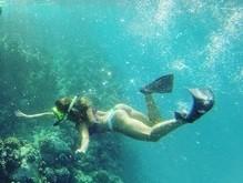 Ludmila Dayer mostra bumbum empinado ao mergulhar com fio dental