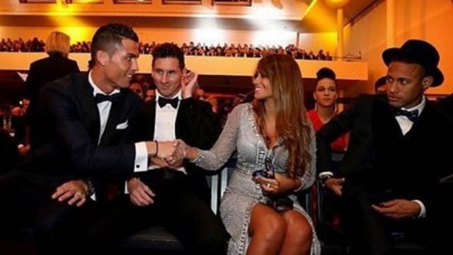 Cristiano Ronaldo cumprimentando mulher de Messi (Crédito: Reprodução)