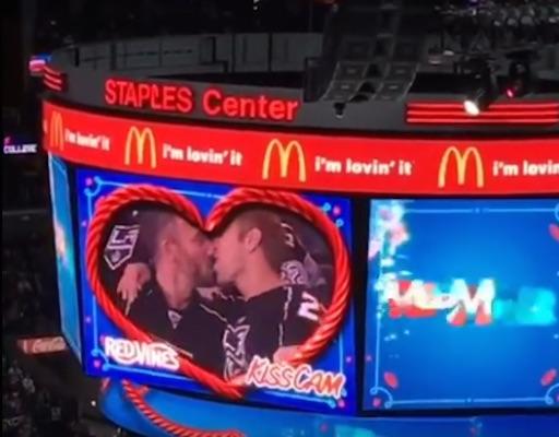 Beijo durante o intervalo da partida (Crédito: Reprodução)