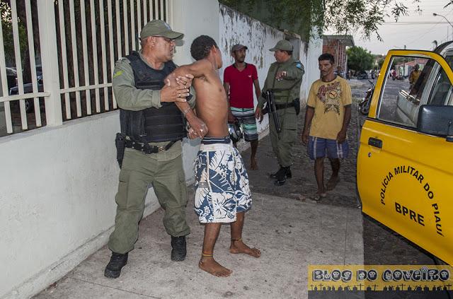 Acusado de agredir os pais sendo preso (Crédito: Reprodução)