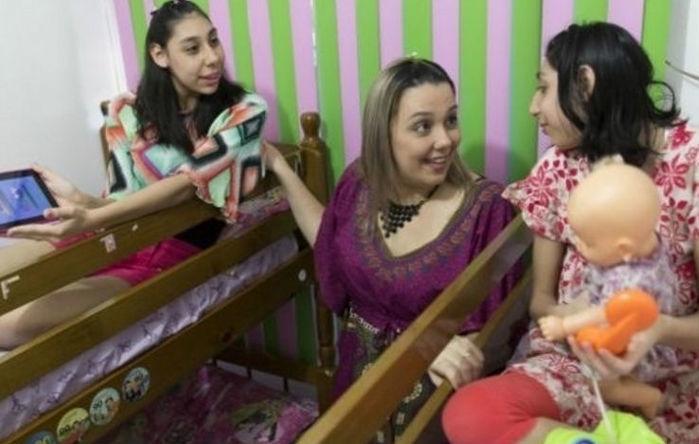 Viviane têm duas filhas com microcefalia (Crédito: Reprodução)