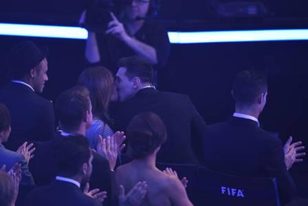 Messi beija a esposa ao ser anunciado vencedor (Crédito: Reprodução)