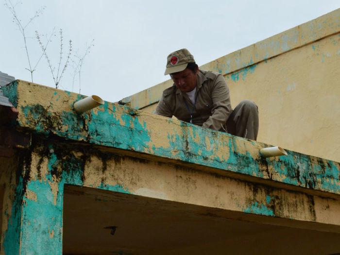 Agente de endemias busca de focos da dengue (Crédito: Divulgação)