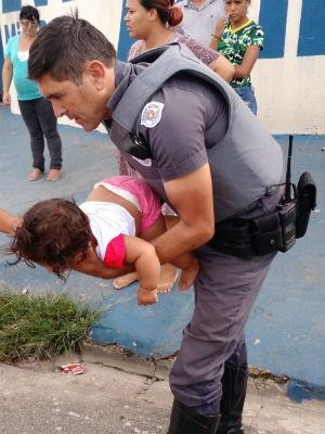 Policiais realizaram movimentos para salvar bebê (Crédito: Reprodução)