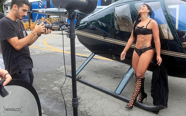 Priscila Pires mostra sua boa forma em ensaio (Crédito: Paparazzo)