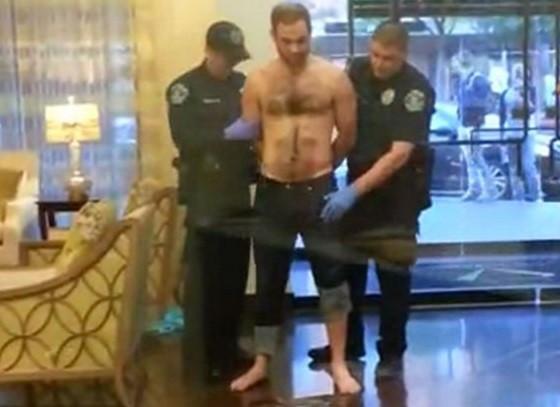 Policial apalpa na tentativa de encontrar uma arma (Crédito: Reprodução)
