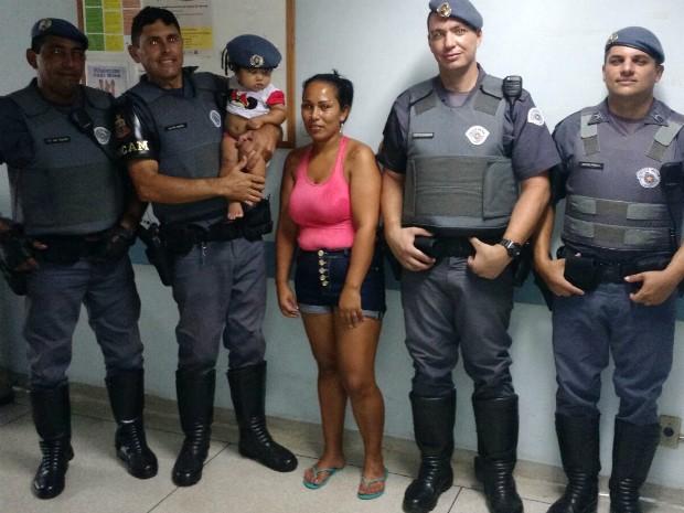 Bebê salva por policiais (Crédito: Reprodução)