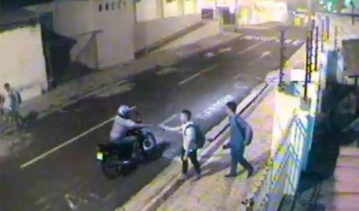 Os quatro jovens foram abordados por um homem armado em uma moto