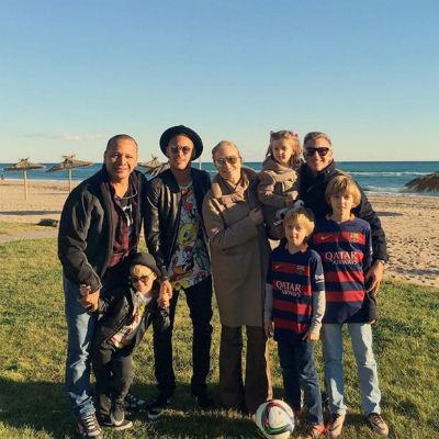 Famílias felizes: Neymar posa com o pai, Huck, Angélica e a criançada (Crédito: Reprodução)