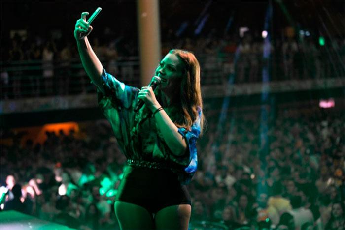 Solange Almeida faz selfie em show