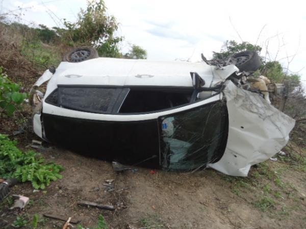 Motorista perdeu o controle e carro capotou