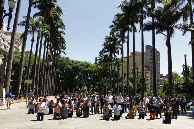 Manifestantes na Praça da Sé: ato contra a Marcha para Satanás (Crédito: Reprodução)