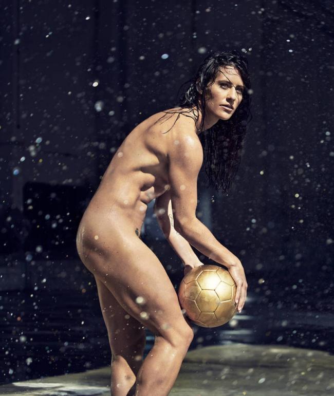 Atletas sem roupa em ensaio (Crédito: Reprodução)