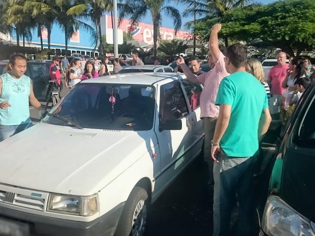 Homem conseguiu abrir o carro (Crédito: Reprodução)