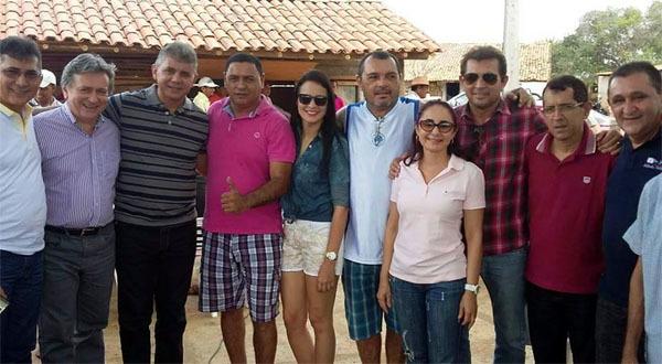 Prefeito Tonho Veríssimo com autoridades (Crédito: Adones da Silva)