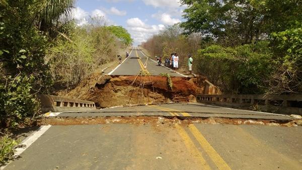 Ponte desabou após chuvas