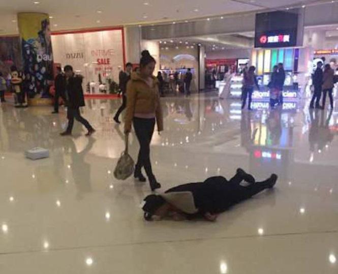 Jovem rolou pelo chão como forma de punião após discussão com a namorada