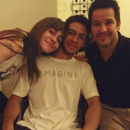 Negrini e Murilo com o filho deles, Antônio (Crédito: Divulgação)