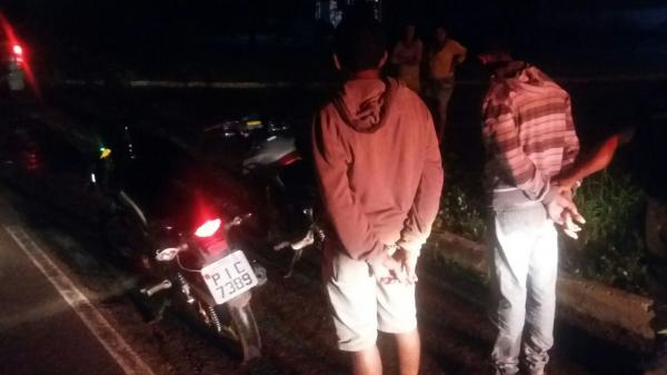 Os dois foram presos pela PRF com arma, celular e R$ 900 após arrastão