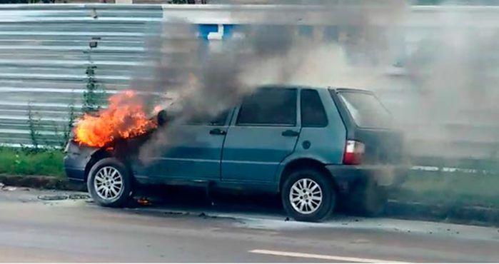 O veículo modelo Fiat Uno pegou fogo na BR-343