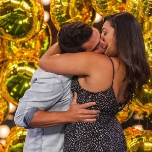 André Marque beija jovem em programa de tv (Crédito: Reprodução)