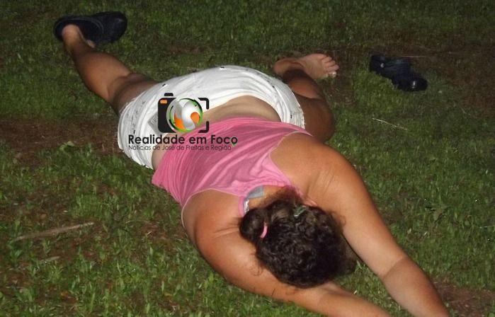 Mulher ficou caída no chão após os ferimentos (Crédito: Reprodução)