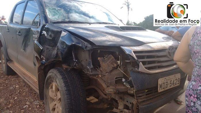 Veículo ficou destruído com o impacto (Crédito: Reprodução)