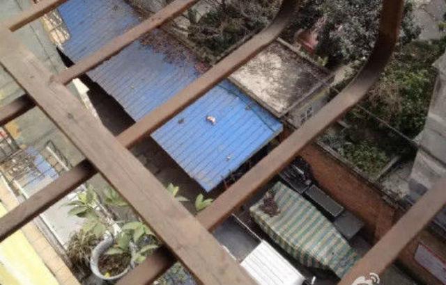 Homem encontra bebê morto em telhado de armazém (Crédito: Divulgação)