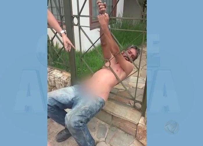 Homem ficou preso na grade da residência (Crédito: Reprodução)
