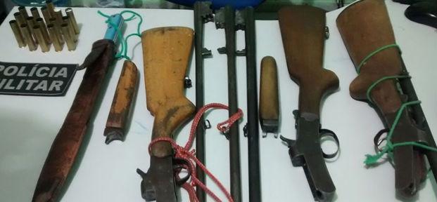 Armas e munições apreendidas com os três caçadores