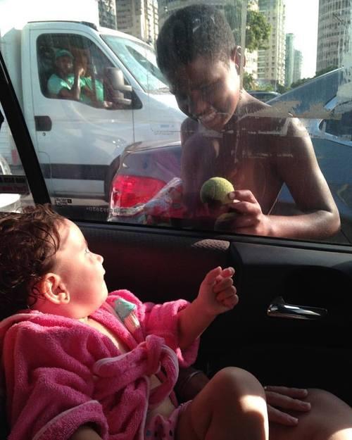 Garoto de rua e menina dentro de carro