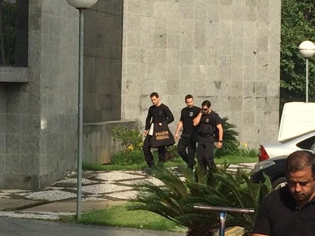 Policiais federais chegam com malotes da Operação Lava Jato (Crédito: Reprodução)