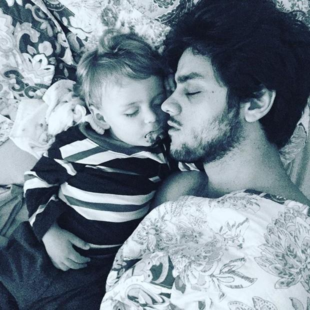 Felipe Simas com o filho (Crédito: Reprodução/Instagram)