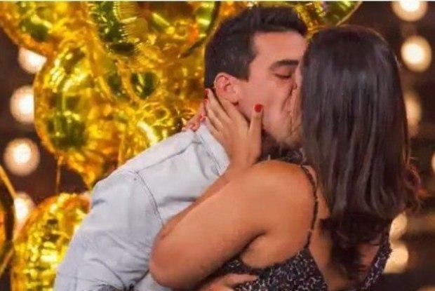 Beijo de André Marques repercutiu nas redes (Crédito: Reprodução)