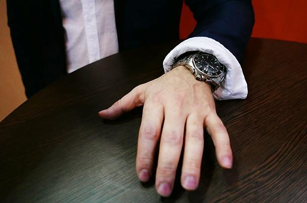 Homem implanta chip na mão, que abre portas sem encostar nelas (Crédito: Divulgação)