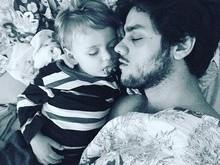 Felipe Simas posta foto fofa em que dorme ao lado do filho