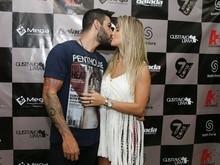 Gusttavo Lima troca beijos com Andressa Suita antes de show
