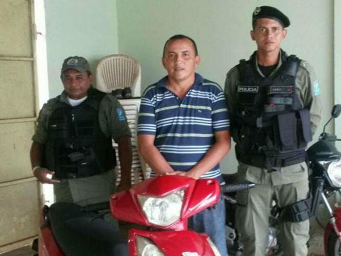 Policiais apreendem adolescente apreendido com motocicleta roubada (Crédito: Plantão Policial )