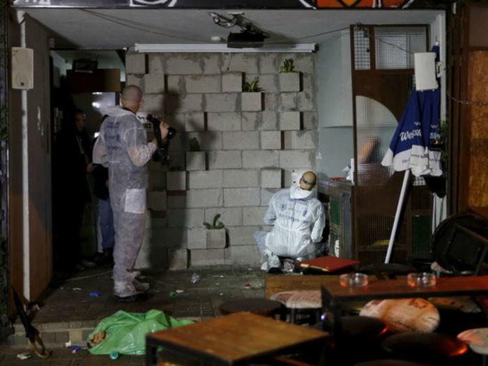 Peritos examinam pub alvo de ataque em Tel Aviv nesta sexta (1) (Crédito:  Baz Ratner/Reuters)