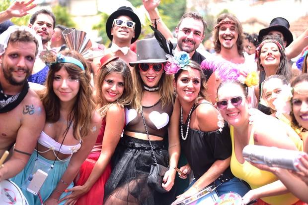 Atriz Fernanda Paes Leme usa look ousado para curtir bloco  (Crédito: Divulgação)