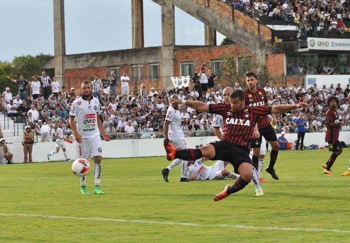 André Lima marcou dois gols para o Furacão