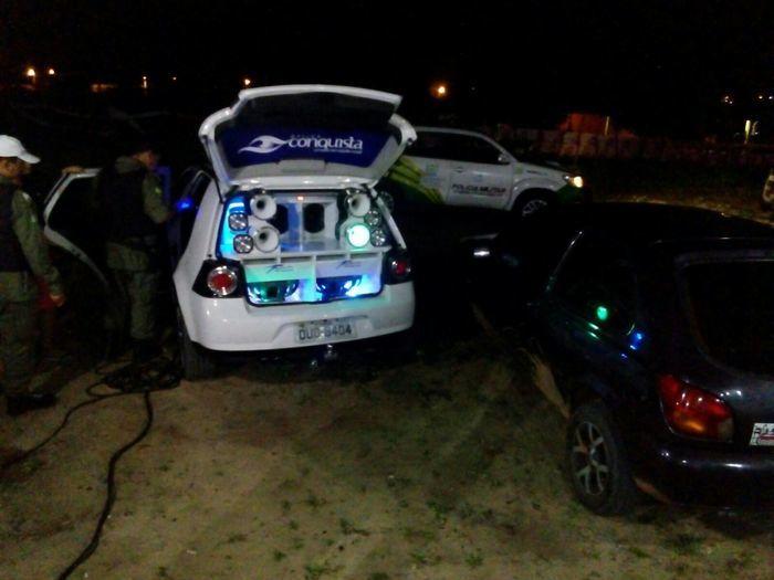 Polícia abordou carros de som em avenida
