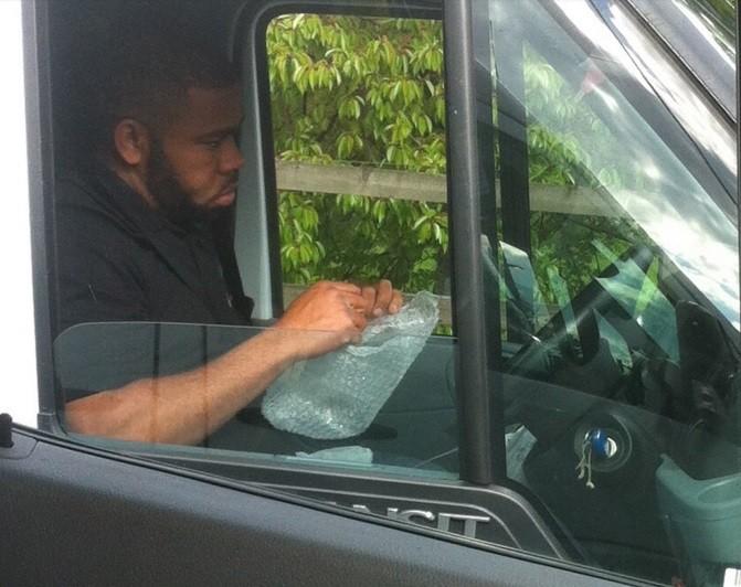 Motorista estourando plástico bolha (Crédito: Reprodução)