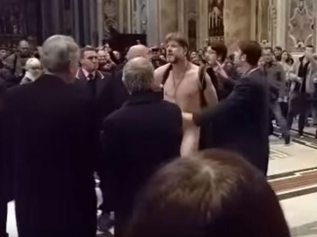 Ele entrou nu na Basílica de São Pedro (Crédito: Divulgação)